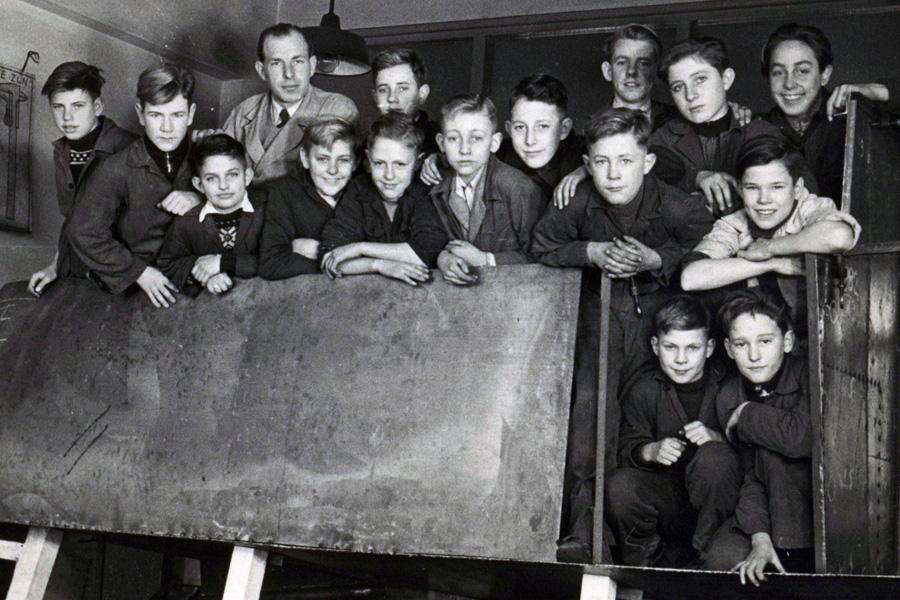 1953, 5de ambachtschool a.d. Meeuwenlaan. Leo als derde van links vooraan.