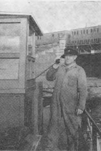 Schipper Jan Krijnen bedient zijn mobilofoon
