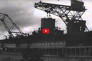 Het plaatsen van de schoorsteen op het MS Oranje 20 maart 1939