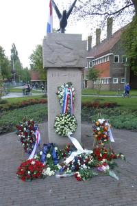 Het herdenkingsmonument op het Planetenplein - Foto: Leo van der Spek